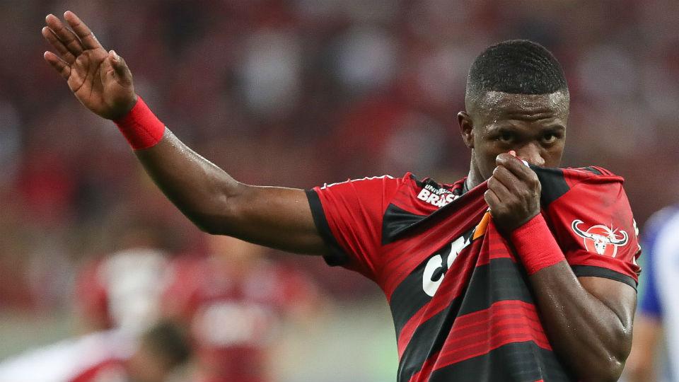 Vinicius Junior beijo camisa Flamengo 2018